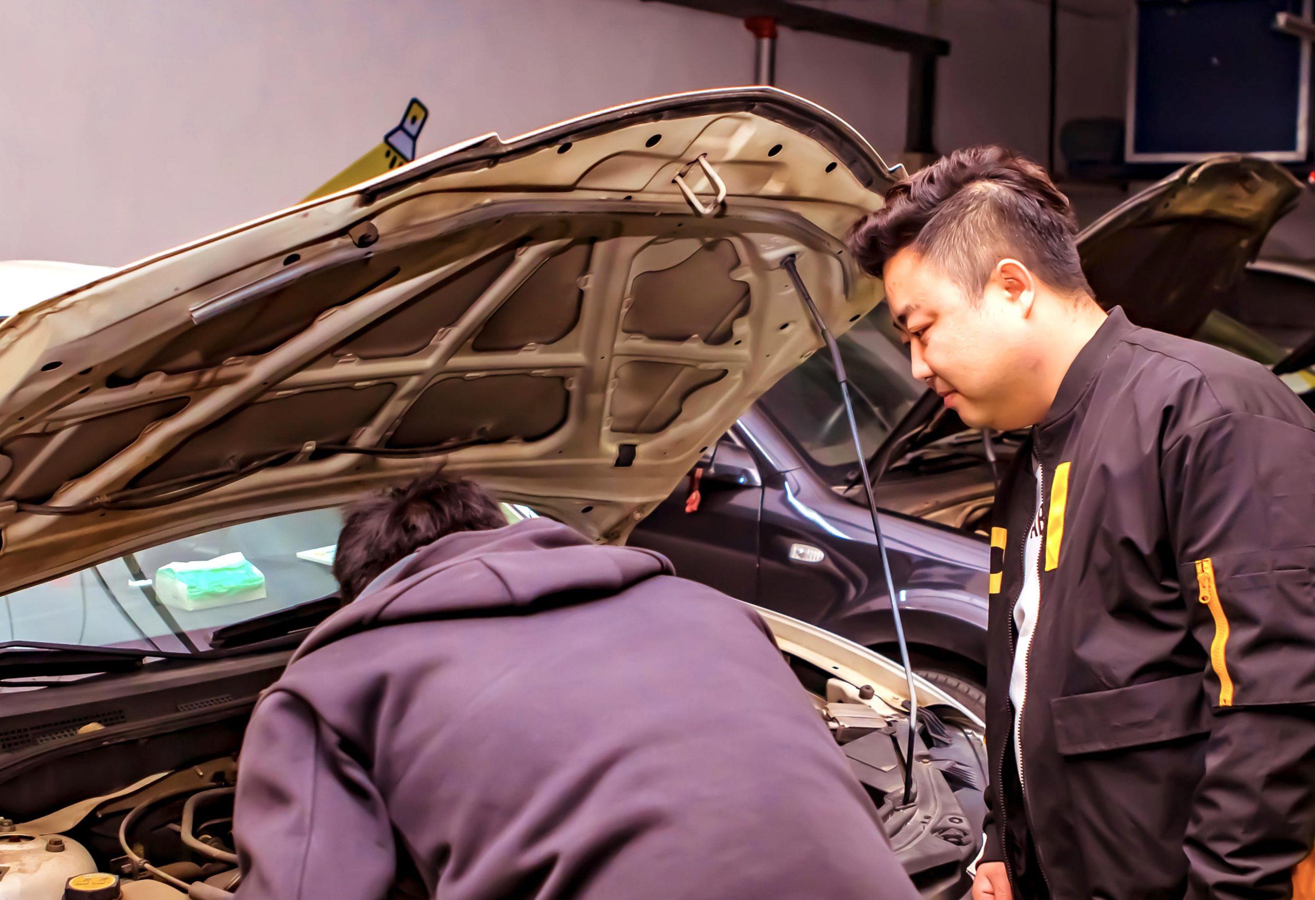 长沙小柠拍工作人员协助车商检查车辆情况