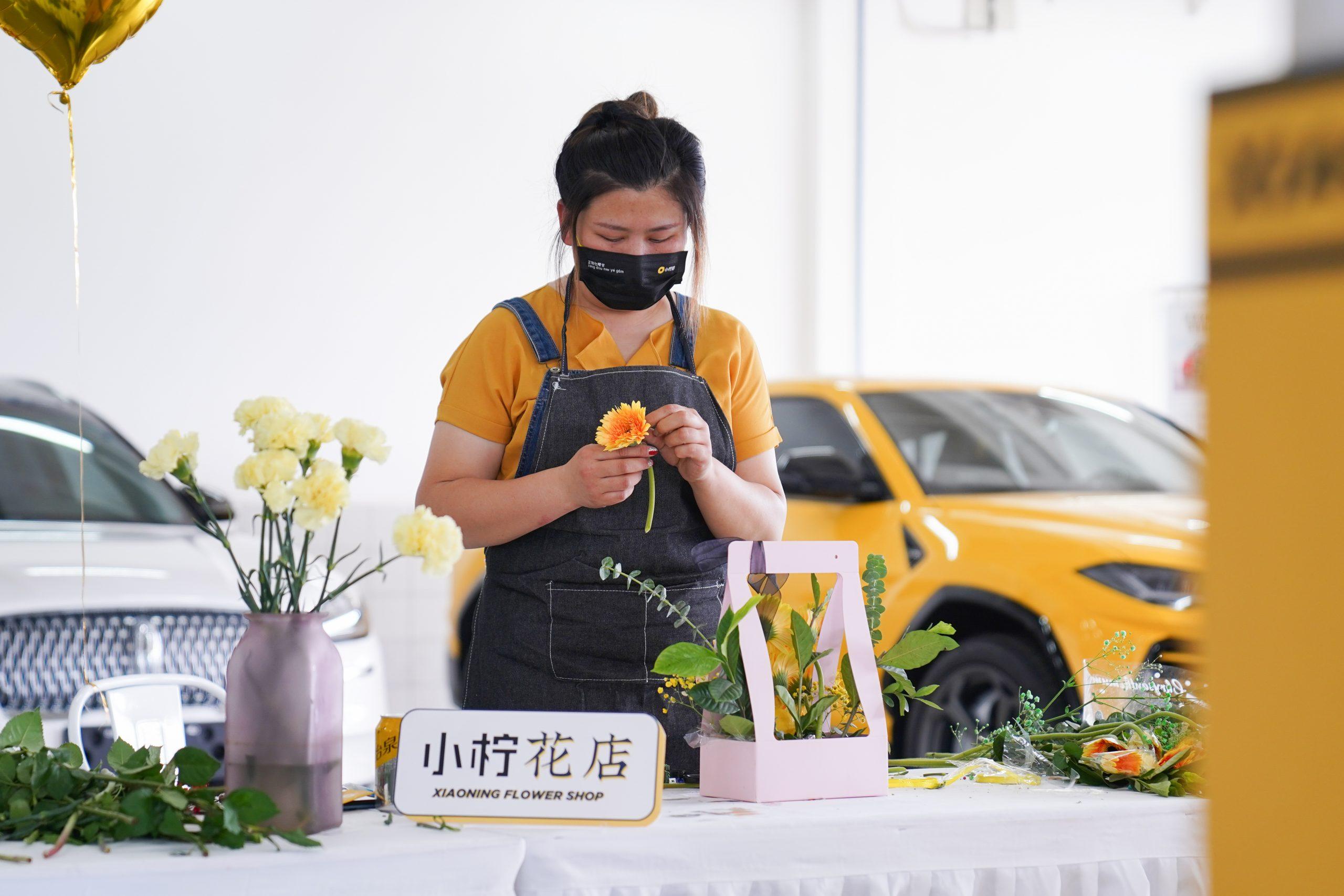 小柠拍市集服务周到,表演与花艺相伴3